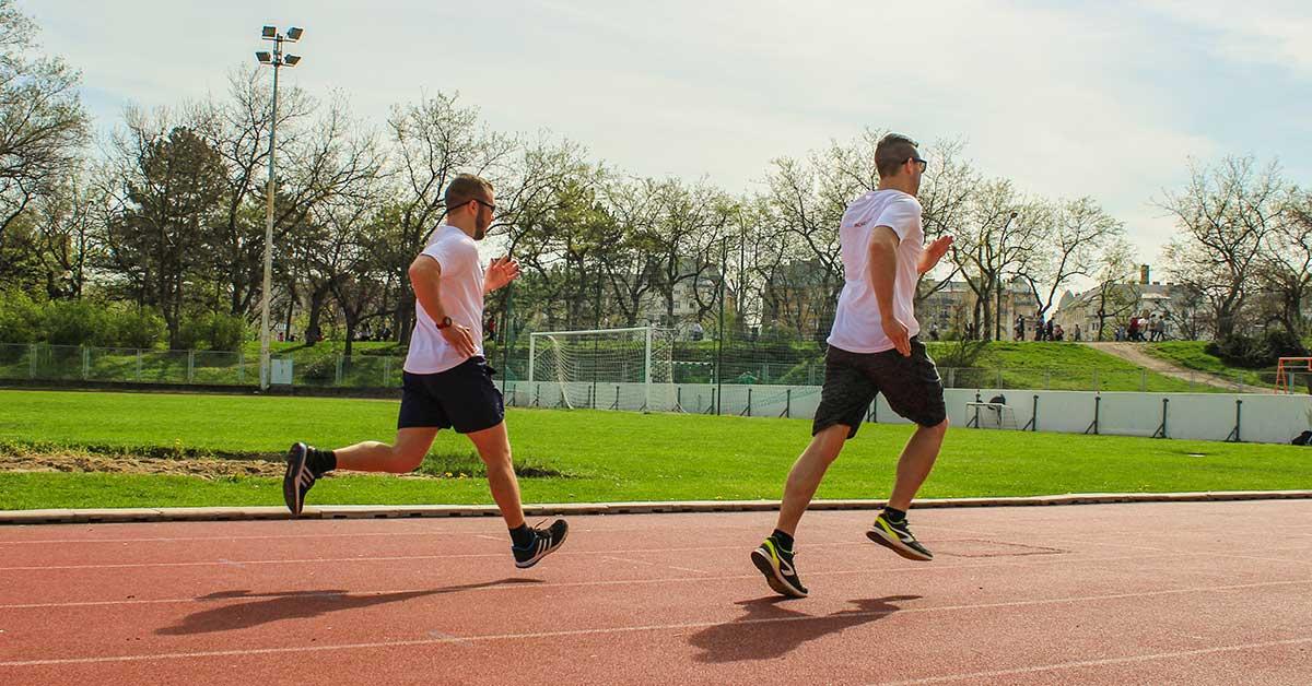 Futók futópályán versenyeznek
