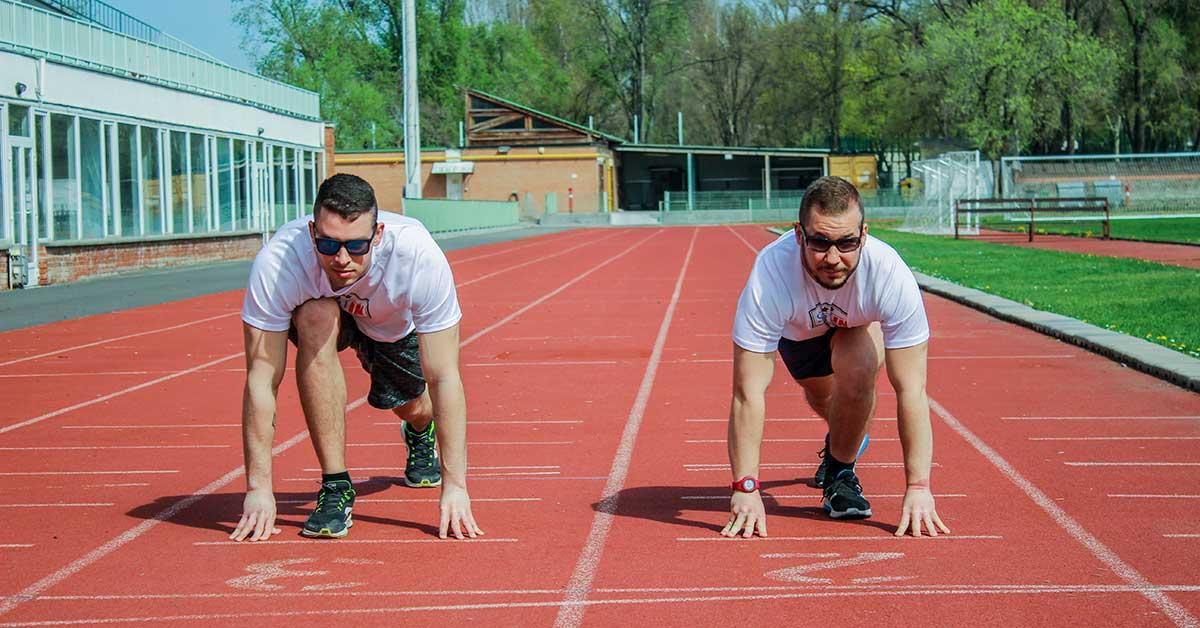 sprint futók a rajtvonalnál futópályán