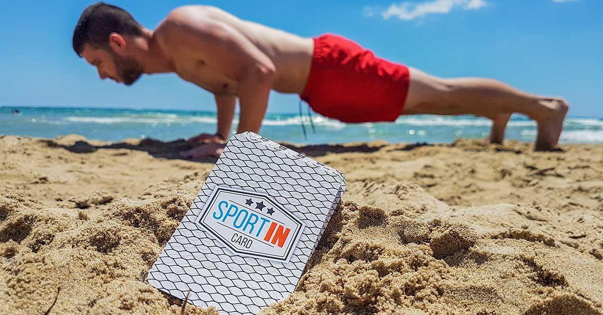 SportIN Card a tengerparton a homokban.