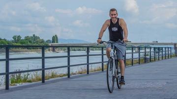 Mindennapi mozgás - Bicikliző sportos férfi a Duna parton