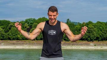 Dühös sportoló férfi a Duna parton