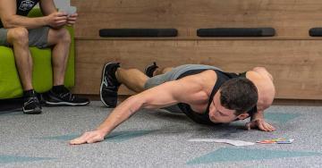 Íjász fekvőtámasz otthoni edzés közben