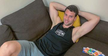 Sportos férfi pihen a kanapén, edzés nélküli kalóriaégetés
