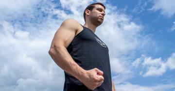Sportos férfi mereng a távolba