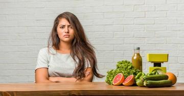 Morcos vegan lány ül az asztalnál